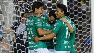 Jugadores de León festejan un gol