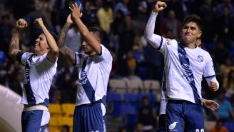 Jugadores del Puebla celebran un triunfo en el Cuauhtémoc