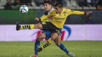 Aldo Rocha disputa el balón en el duelo ante Pachuca