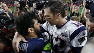 Russell Wilson y Tom Brady se abrazan