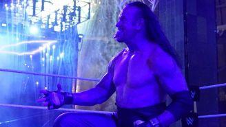 Undertaker festeja después de derrotar a Goldberg