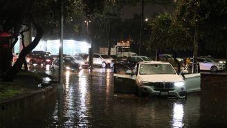 Coches quedan atrapados en las inundaciones