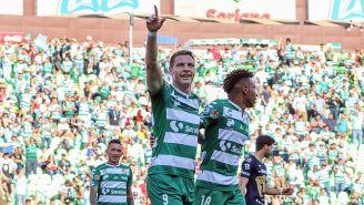Julio Furch festeja un gol con Santos
