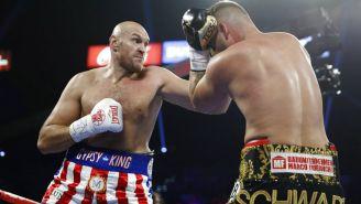Fury propina golpe a Schwarz durante el combate