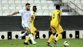 Andy Delort disputa un balón en un encuentro contra Mali