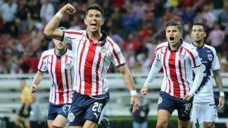 Jesús Molina festeja un gol con Chivas frente a Rayados