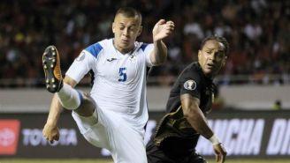 Carlos Montenegro (izq) disputa un balón con Jonathan Mc Donald