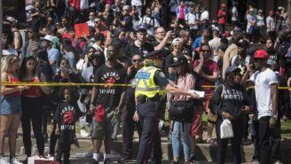 Policía resguarda la zona de Nathan Phillips Square en Toronto