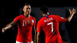 Alexis y Vargas celebran un gol de Chile a Japón