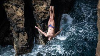 Paredes ejecuta un clavado en Sao Miguel Azores, Portugal