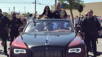 Andy Ruiz, arriba de un carro en su desfile en Imperial, California