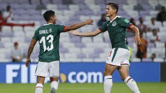 Godínez festeja con Gael Sandoval un tanto conseguido con Chivas
