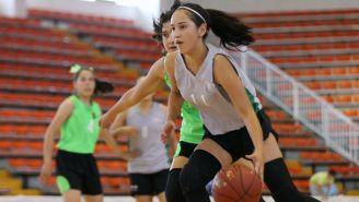 Jóvenes disfrutan de un juego de baloncesto en la Olimpiada Comunitaria