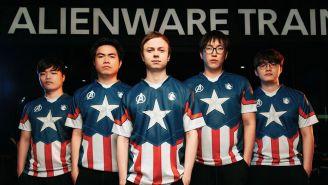 El equipo de League of Legends, con el jersey inspirado en el Capitán América