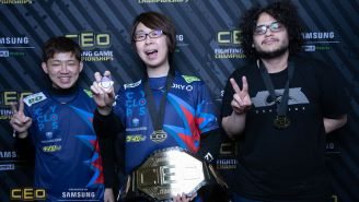 GO1 (centro) presume su medalla y cinturón de campeón