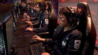 Los jugadores de KLG, preparándose para la partida contra Infinity