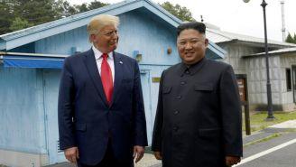 Donald Trump y Kim Jong Un sonríen durante reunión