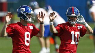 Daniel Jones y Eli Manning en práctica de los Giants
