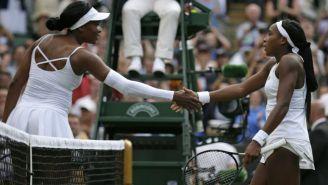 Gauff y Venus Williams se dan la mano tras el partido