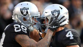 Jugadores de los Raiders celebran una victoria