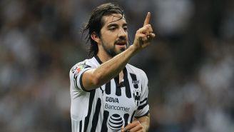 Rodolfo Pizarro festeja un gol con Rayados