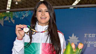 Paola Pliego muestra una medalla