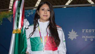 Paola Pliego posa junto a la bandera de México