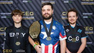 Hungrybox, sosteniendo su cinturón de campeón del CEO 2019