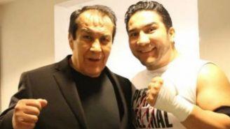 Don Pedro 'Perro Aguayo' posa junto a su hijo