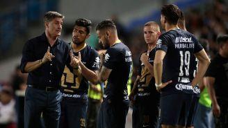 Míchel González, dando indicaciones a los jugadores de Pumas