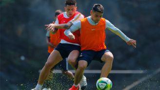 Juan Iturbe y Felipe Mora disputan el esférico en un entrenamiento