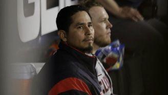 Carlos Carrasco observa un juego de Cleveland Indians