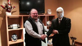 Lutteroth obsequia la máscara de Místico al Embajador de Japón