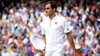 Roger Federer, con su trofeo de segundo lugar de Wimbledon