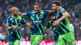 Chatón Enríquez festja gol con el Puebla