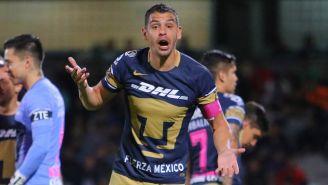Gerardo Alcoba, durante un duelo con los Pumas