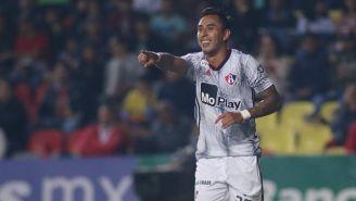 Jesús Isijara festeja su gol contra Morelia