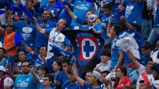Aficionados de Cruz Azul apoyan desde la grada