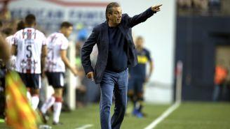 Tomás Boy dirige a sus pupilos en un encuentro ante Boca Juniors