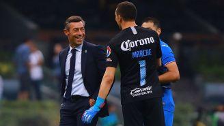 Pedro Caixinha y Agustín Marchesín bromean tras un partido