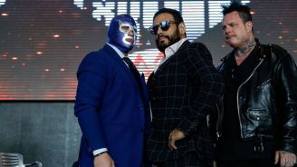 Blue Demon Jr. y Dr. Wagner Jr. posan para los medios