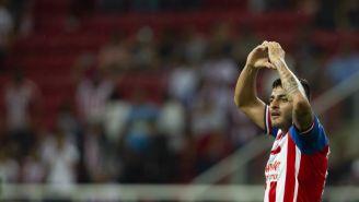 Alexis Vega festeja un gol con Chivas