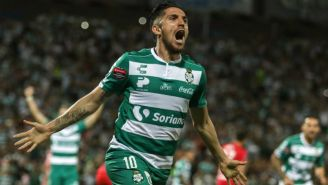Diego Valdés festeja gol con Santos