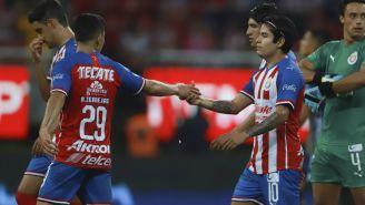 Javier López siendo felicitado por sus compañeros tras su anotación