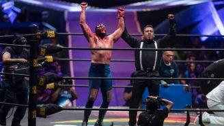 Blue Demon Jr. levanta la mano tras derrotar a Dr. Wagner