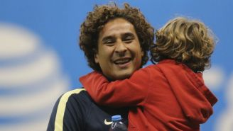 Guillermo Ochoa con su hijo en el Estadio Azteca