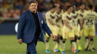 Piojo Herrera sale triste del campo tras la derrota contra Tigres