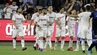 Carlos Vela levanta el brazo tras anotar un gol con Los Angeles FC