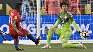 Edu Vargas vence a Guillermo Ochoa en el primer gol en la Copa América 2016