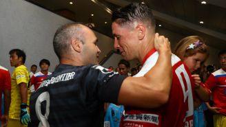 Andrés Iniesta y Fernando Torres tras el último partido del Niño